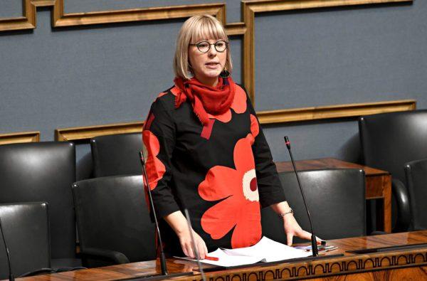 Sosiaali- ja terveysministeri Aino-Kaisa Pekonen eduskunnassa.