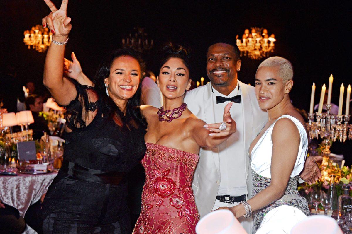 Isabel dos Santos (vas.) kuuluu suihkuseurapiireihin. Hän osallistui gaalaan laulaja Nicole Scherzingerin, näyttelijä Chris Tuckerin ja tanssija Mette Towleyn kanssa Cannesissa 17.5.2018.