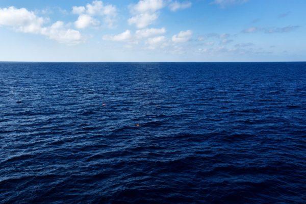 Välimeren aalloilla kelluu pelastusliivejä. Kukaan ei tiedä varmasti, mistä ne ovat peräisin.