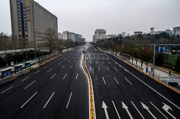 Liikenne oli vähäistä pekingiläisellä kadulla 24. helmikuuta.