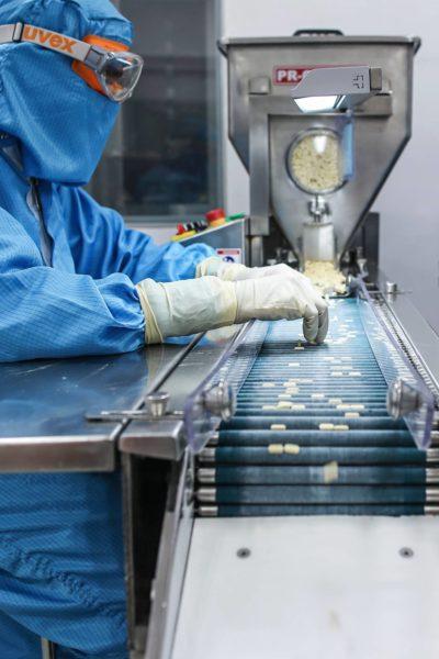 Työntekijä tarkastaa pillereitä intialaisen Lupin Ltd. -lääketeollisuusyhtiön tehtaalla Goalla.