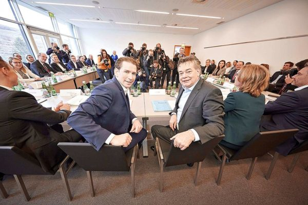 ÖVP:n Sebastian Kurz (vas.) ja vihreiden Werner Kogler kokouksessa.