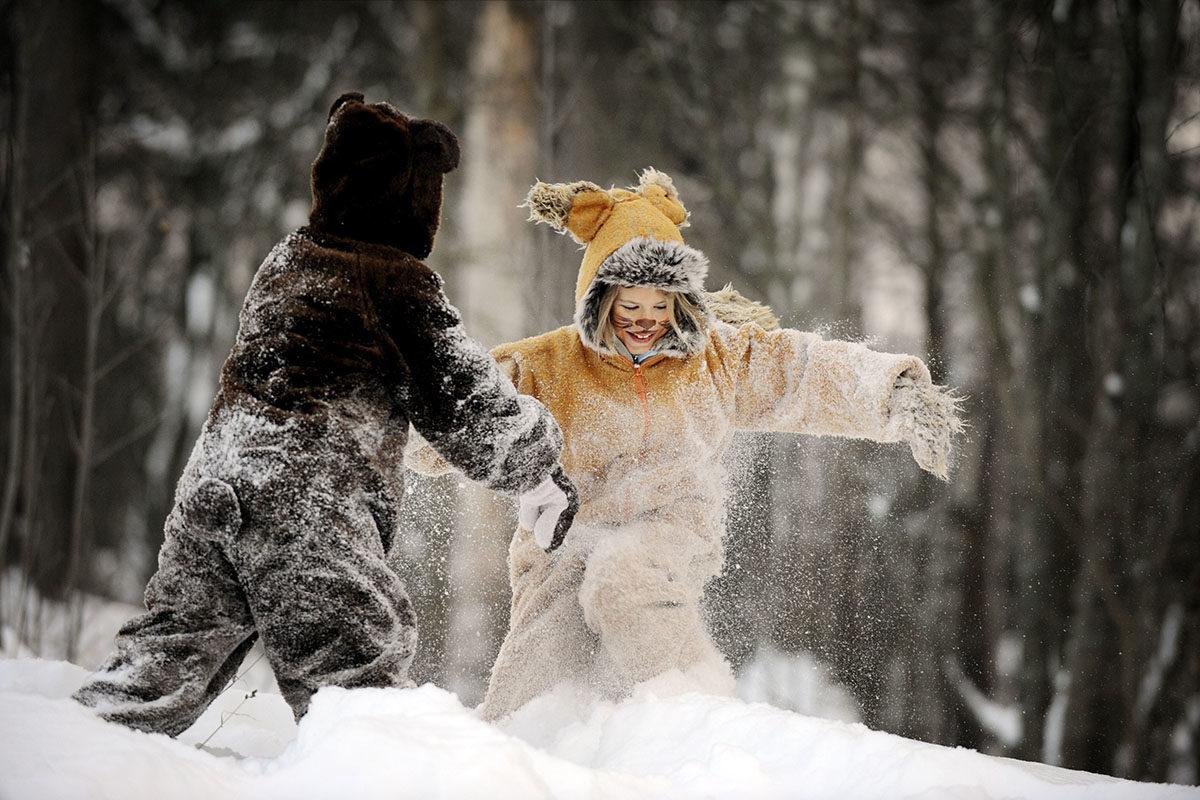 Lapset leikkivät lumessa Seurasaaressa Helsingissä joulukuussa 2010.
