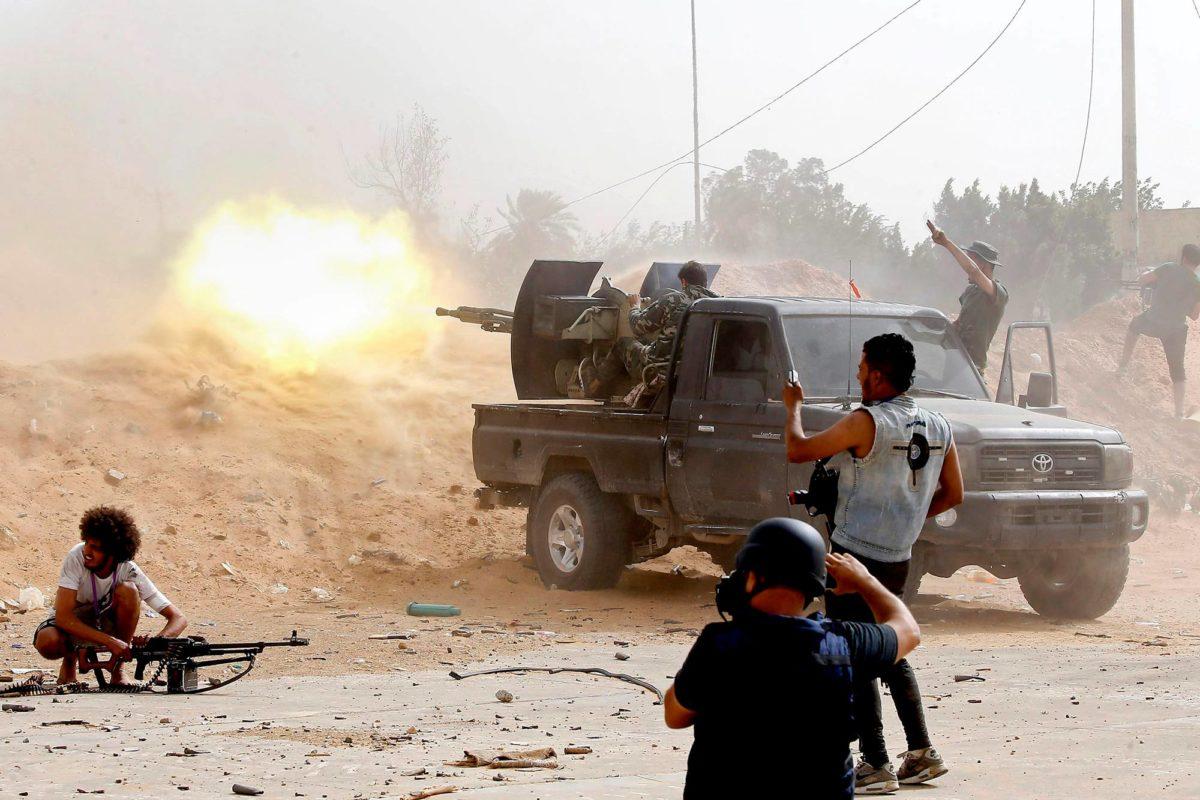 Libyan hallituksen puolella oleva taistelija tulitti lava-autosta kapinallisjohtaja Khalifa Haftarin joukkoja Tripolin eteläpuolella 25. toukokuuta 2019.