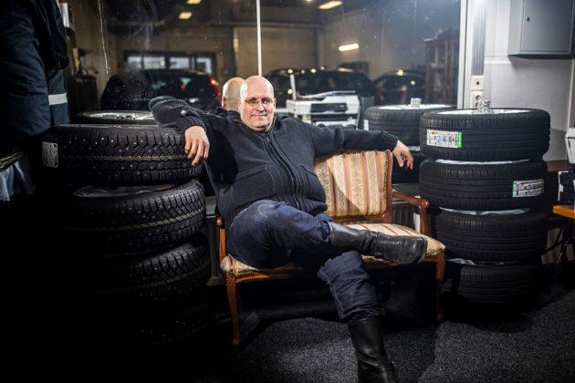 Kaasuautokauppias Mika Pohjonen pukeutuu rennosti.