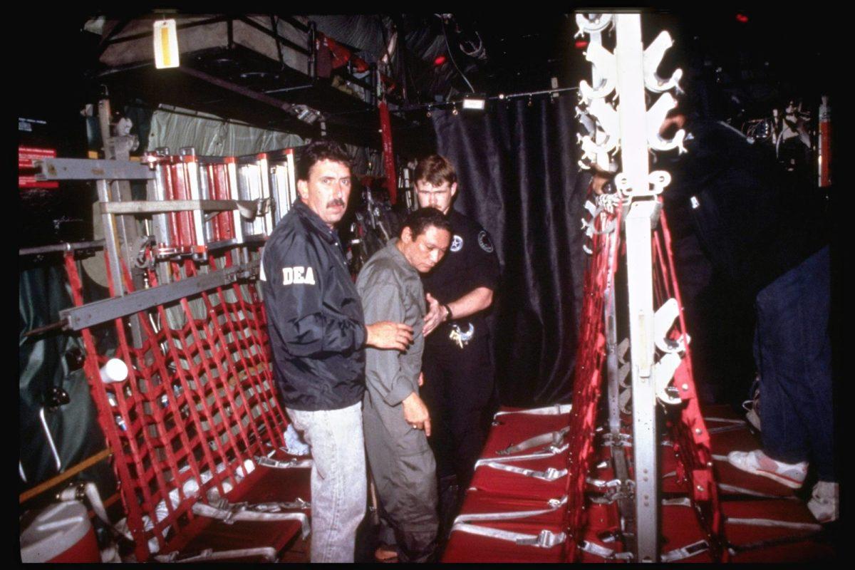 Diktaattori Manuel Noriegan (keskellä) olinpaikka Panamassa paljastui, kun paikallisen Vatikaanin suurlähetystön lähettämät viestit murrettiin.