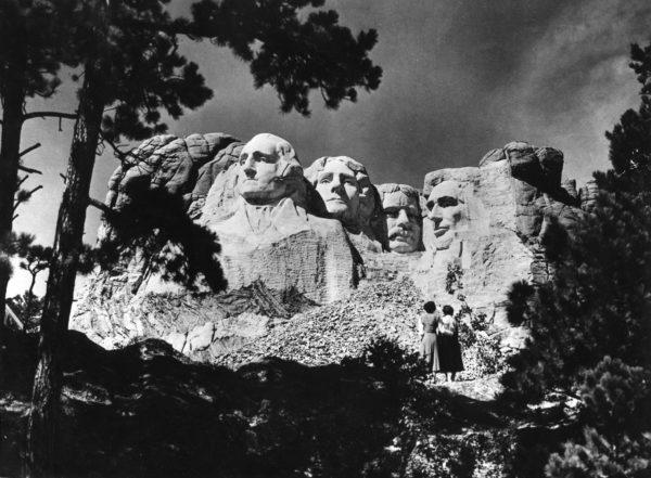 Rushmore-vuoreen on veistetty neljän Yhdysvaltain presidentin kasvot. Toinen vasemmalta on Thomas Jefferson, jonka johdolla Yhdysvallat osti Ranskalta suuret maa-alueet ja alkoi laajeta suurvallaksi.