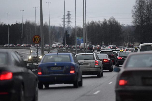 Liikennettä Tuusulanväylällä Helsingissä. Kuvituskuva.