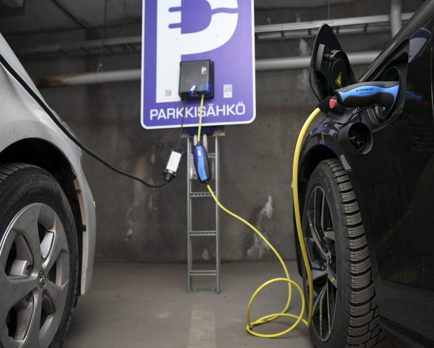 Sähköautoja latauksessa pysäköintihallissa Helsingissä 20. tammikuuta 2020.