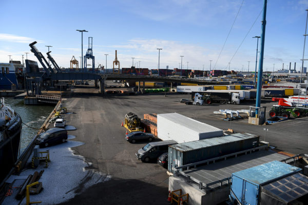 Rekkoja ja rahtikontteja Vuosaaren satamassa perjantaina 20. maaliskuuta 2020. Kuvituskuva.