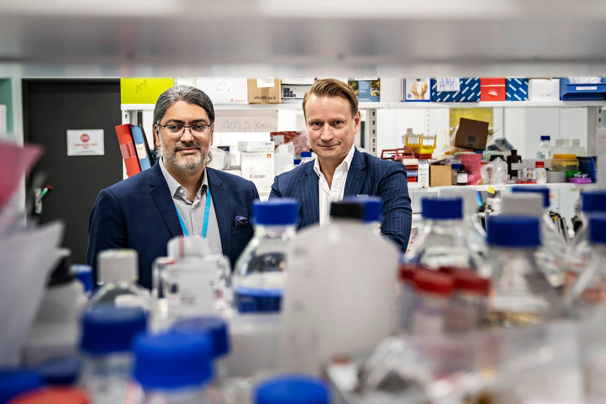 Professori Matti Sällberg (oik.) johtaa yhdessä Ali Mirazimin kanssa ruotsalaista hanketta, joka kehittää rokotetta koronavirusta vastaan.