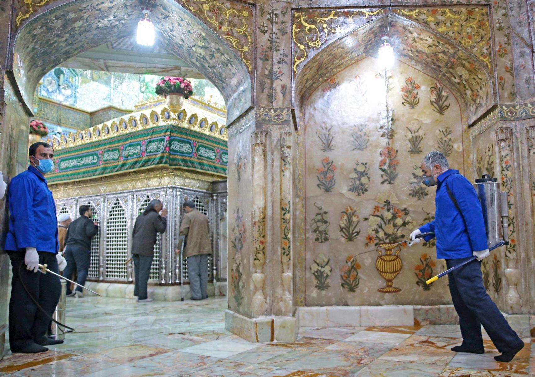 Työntekijät desinfioivat Fatima Masumehin hautapyhäkköä helmikuun 25. päivänä Qomissa. Iranin koronaepidemia sai ilmeisesti alkunsa tästä šiiamuslimien pyhäinvaelluspaikasta.