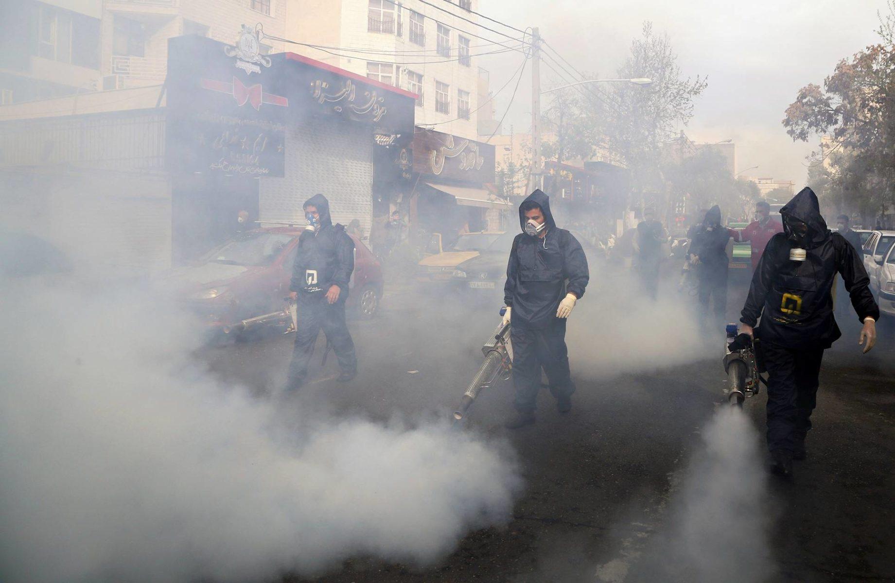 Palokunta desinfioi Teheranin katuja 19. maaliskuuta.