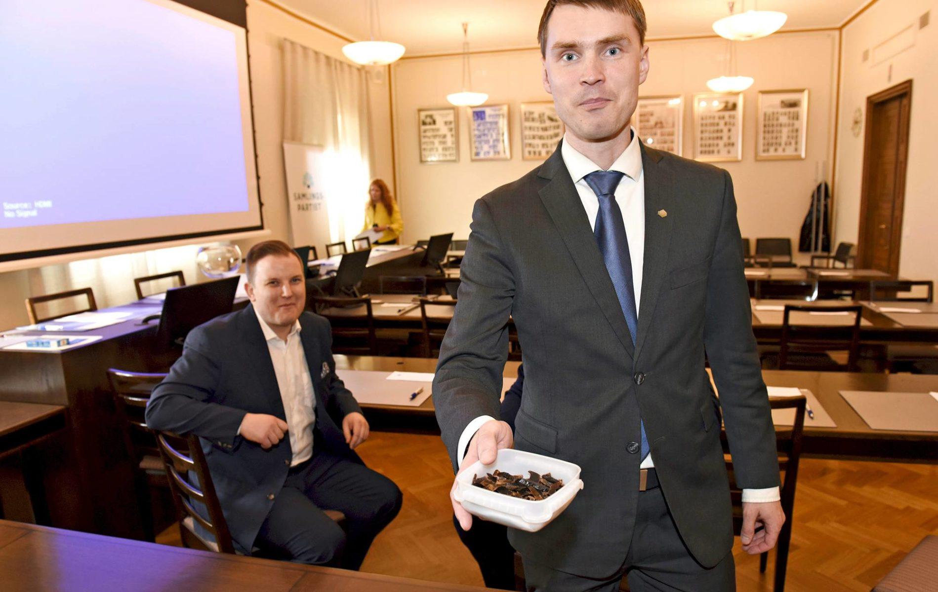 Kansanedustajaksi palannut Heikki Autto (oik.) tarjoili kuivalihaa eduskuntaryhmän kokouksessa 18. huhtikuuta 2019.