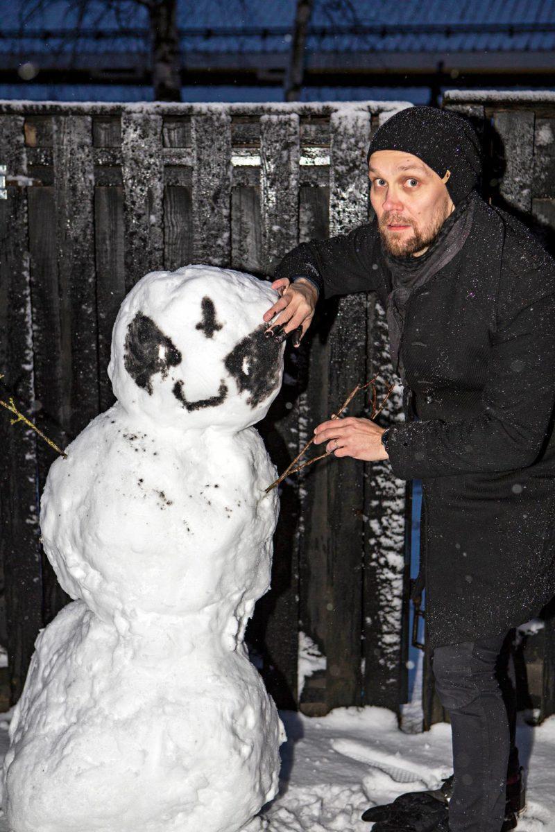 JP Ahonen viimeisteli lumiukkoa takapihallaan 4. maaliskuuta.