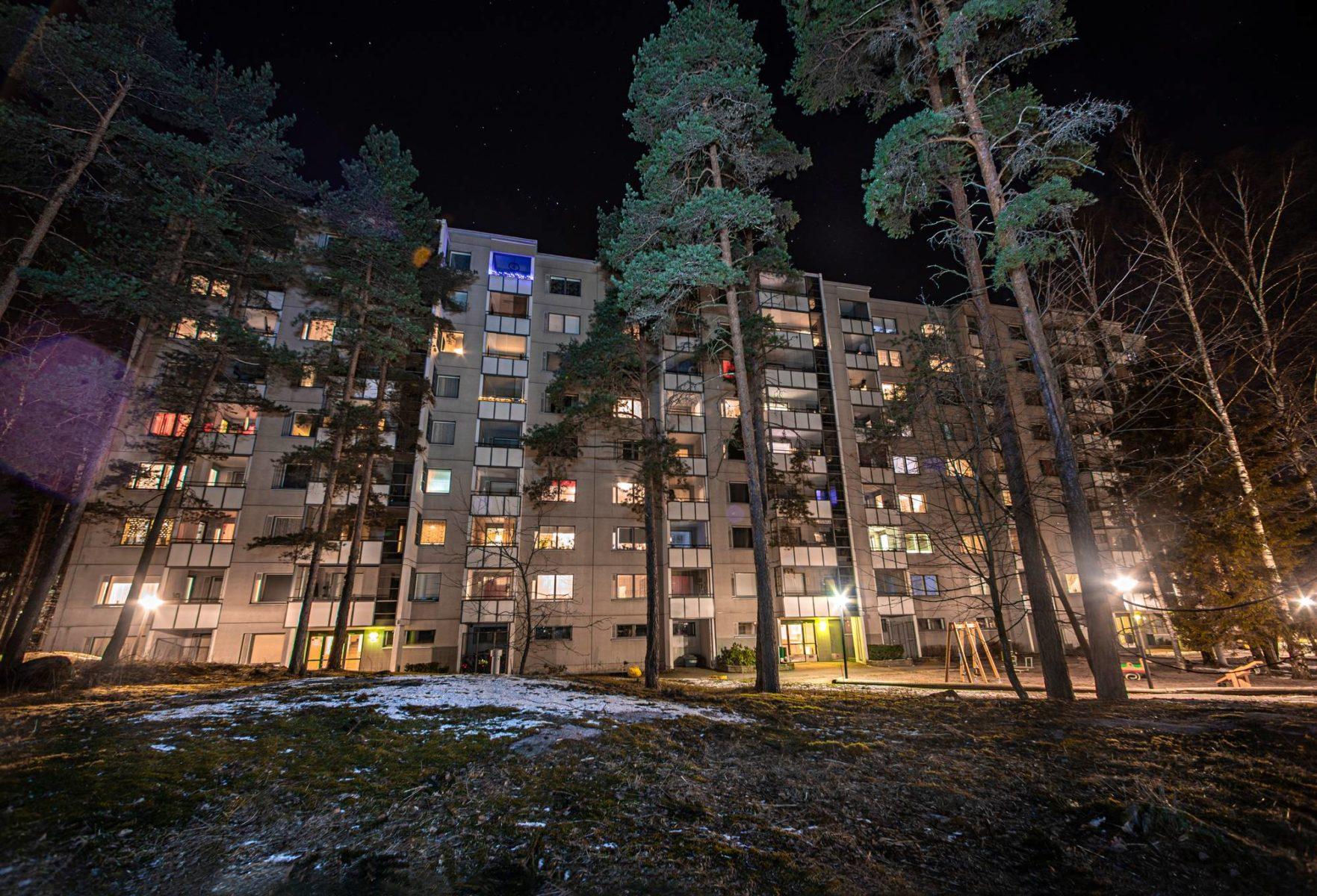 Lauantai-ilta 21. maaliskuuta Itä-Helsingin Kontulassa. Kello käy yhdeksää, ja Kontulankaari 11:ssä sijaitsevan kerrostalon ikkunat kertovat, että kotosalla ollaan.