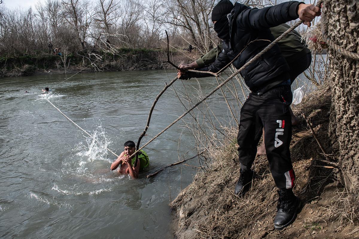Saarelle jumiin jääneitä turvapaikanhakijoita pelastettiin Kreikan ja Turkin rajalla sijaitsevalla Evros-joella 1. maaliskuuta 2020.