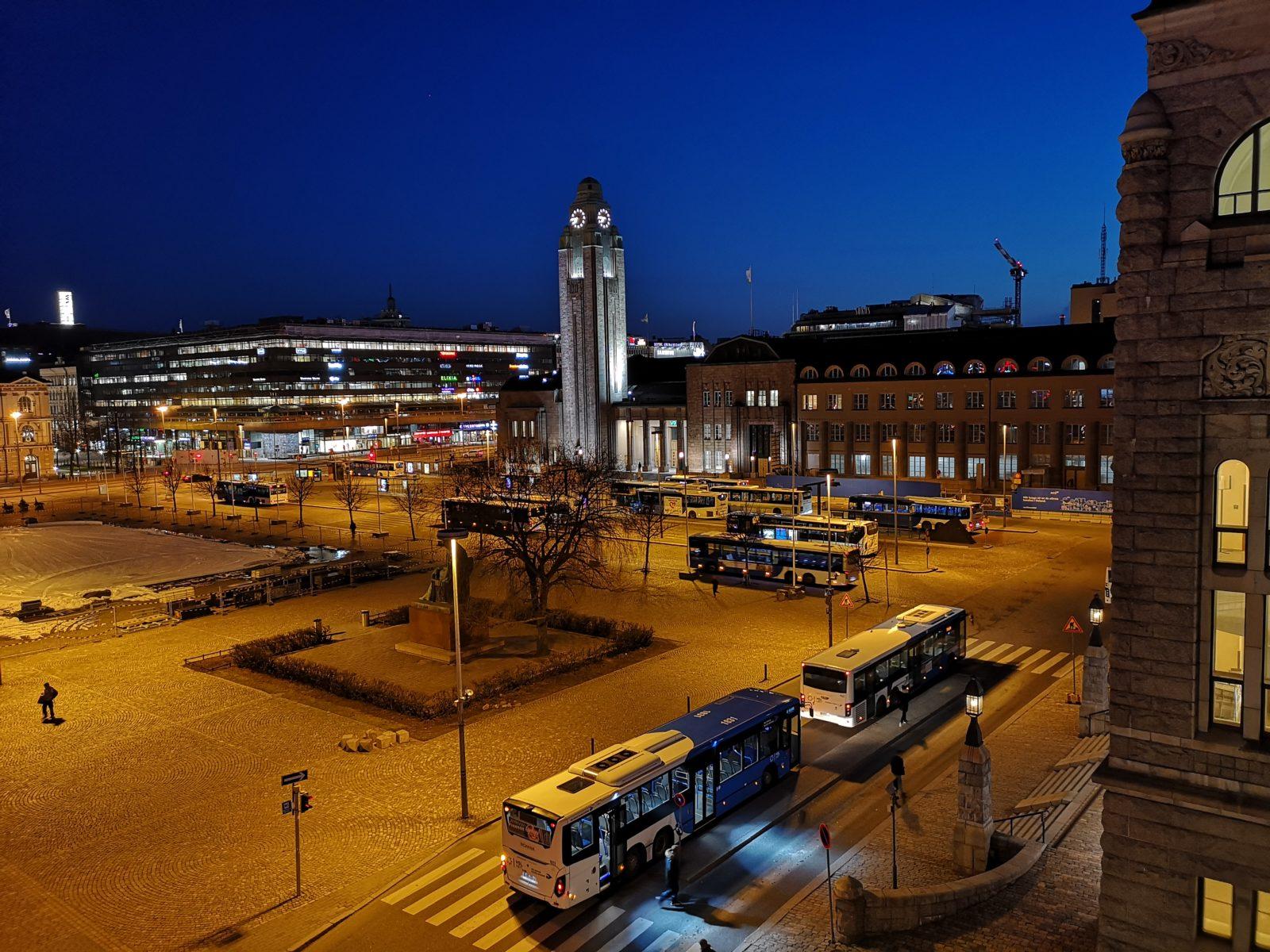 Ihmiset lähtivät Helsingin Rautatientorilta, mutta bussit jäivät.