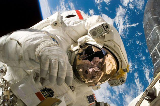 Nasan astronautti Piers Sellers avaruuskävelyllä heinäkuussa 2006.