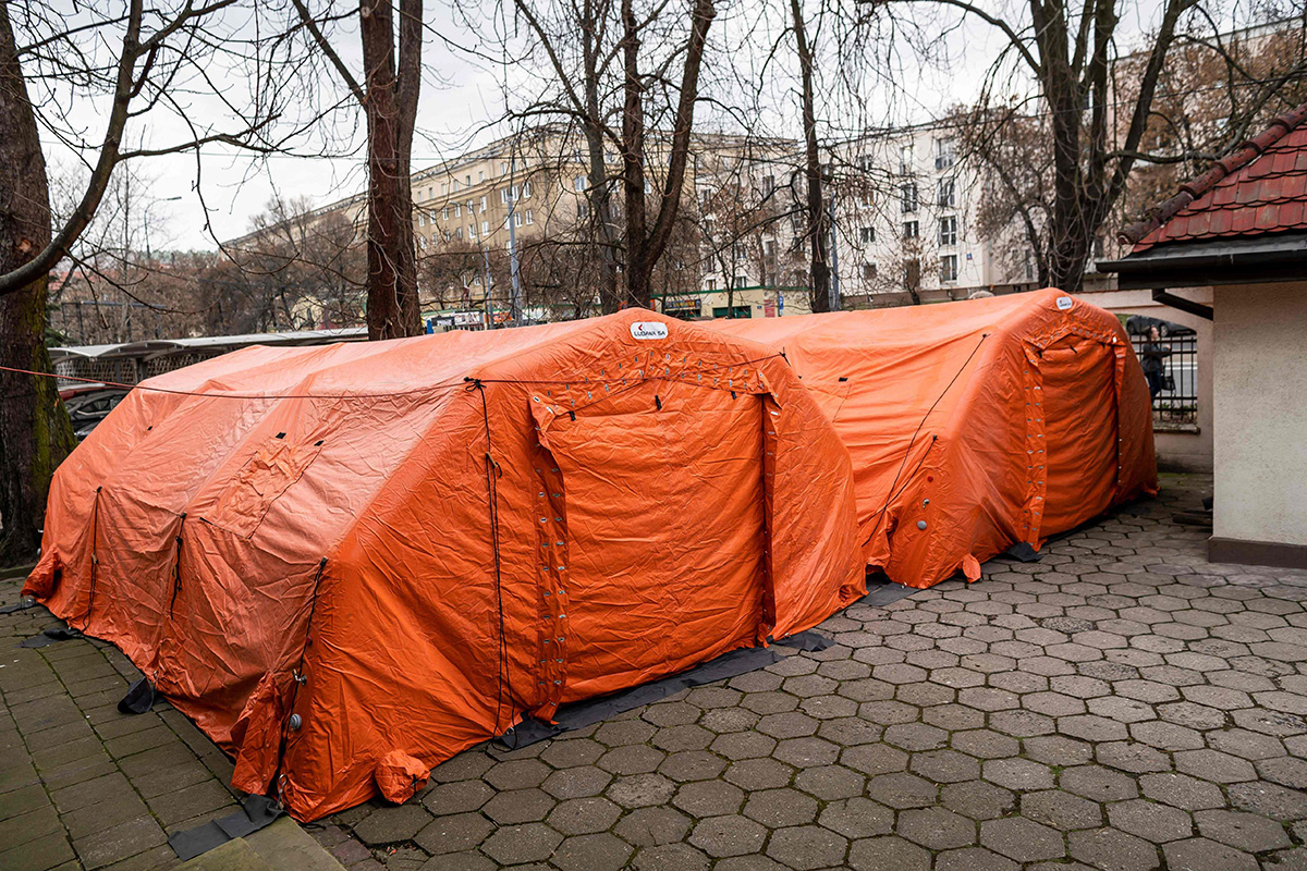 Koronapotilaiden hoitoa varten pystytettyjä telttoja sairaalaan pihalla Puolan pääkaupungissa Varsovassa 9. maaliskuuta.