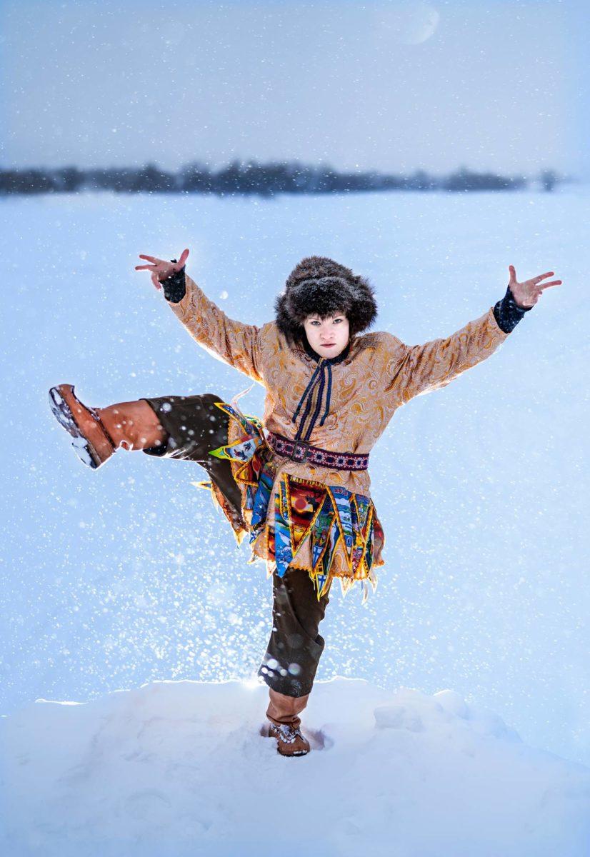 Anni Pilhjärta esittää tanssiteatteri Rimpparemmin Looking for Reidar -teoksessa taiteilija Reidar Särestöniemeä.