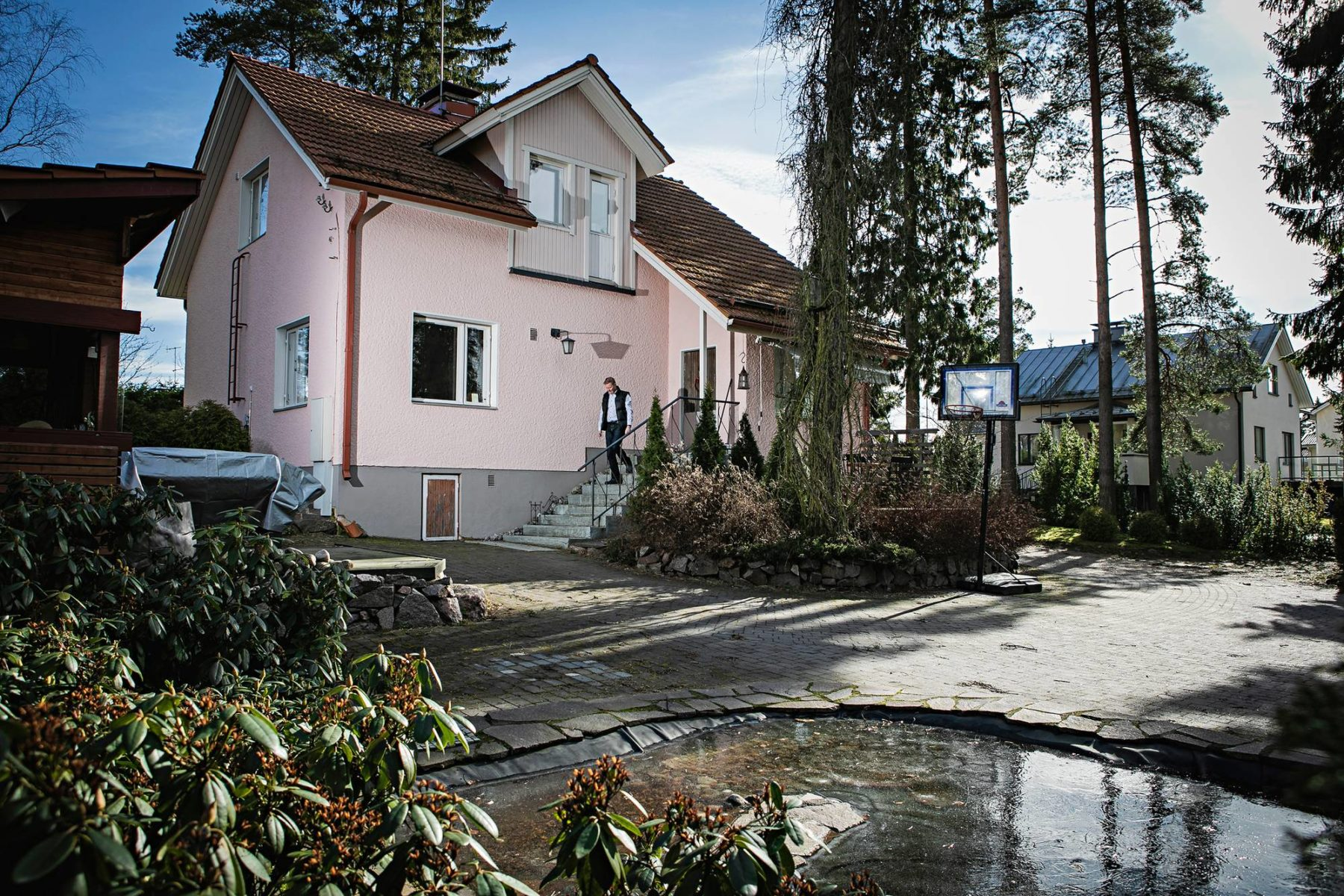 Saarikosken omakotitalo sijaitsee Espoon Lintuvaarassa. Monet öljylämmittäjät asuvat kuitenkin seuduilla, joiden elinvoima hiipuu.