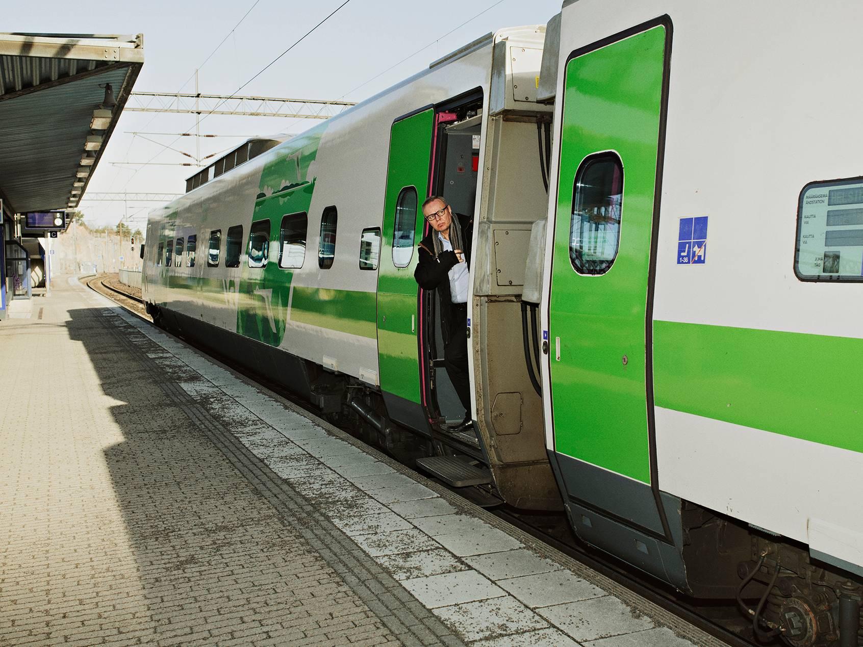 """VR on supistanut kauko- ja lähiliikennettään. Harvoissakin junissa on väljää. Tiistaina 17. maaliskuuta Pasilan aseman laiturit avautuvat autioina, vaikka pitäisi olla ruuhka- aika. Jussi Hyvärinen on Tampereelta Helsinkiin saapuneen junan ainoa matkustaja, joka jää pois Pasilassa. """"Työasioita"""", hän sanoo. <span class=""""typography__copyright"""">©&nbsp;Kuva Aapo Huhta.</span>"""