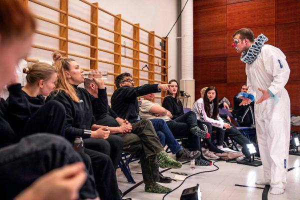 Ranskalainen Philip Boulay opettaa naamioteatteria. Karlo Haapiainen, klovninimeltään Hiddlestone, kuuntelee ohjeita.