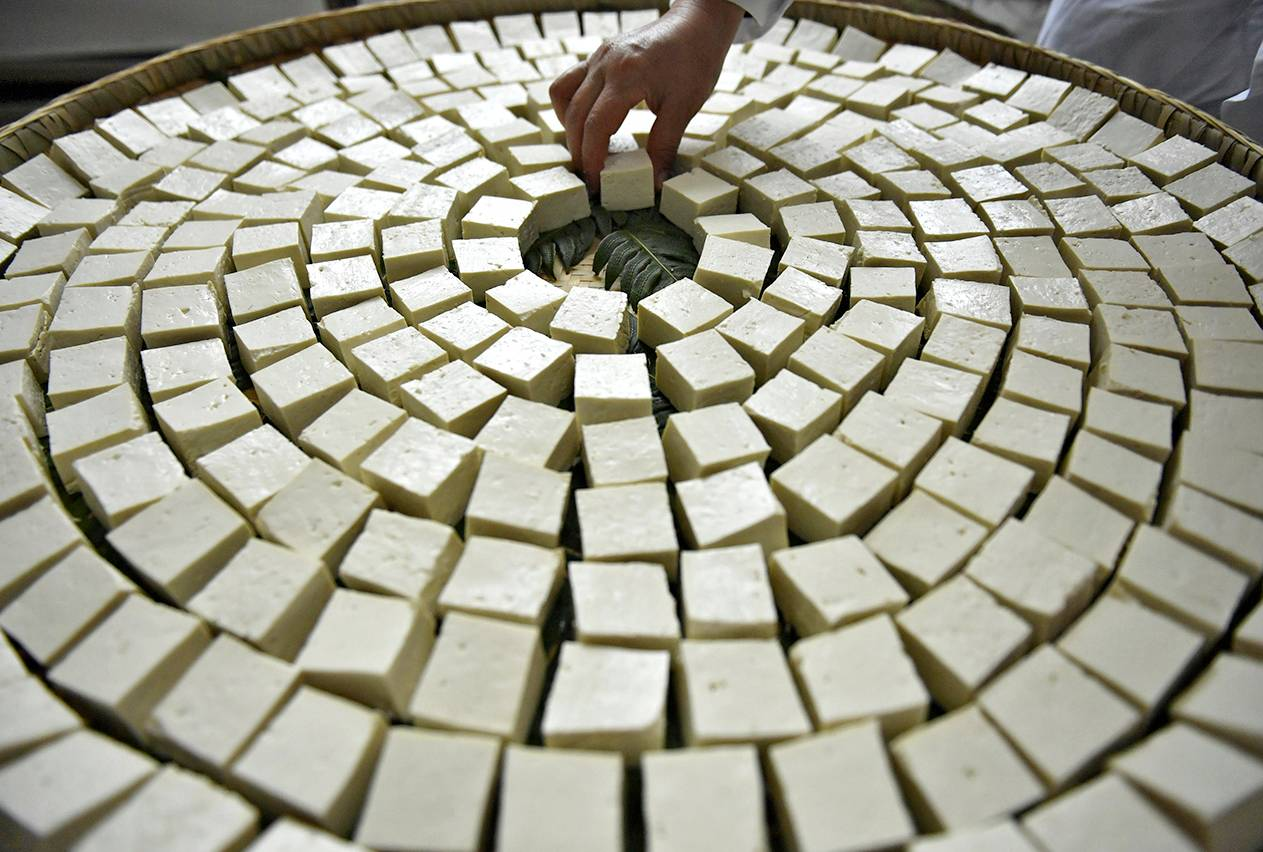 Tofua valmistetaan juoksettamalla soijamaitoa.