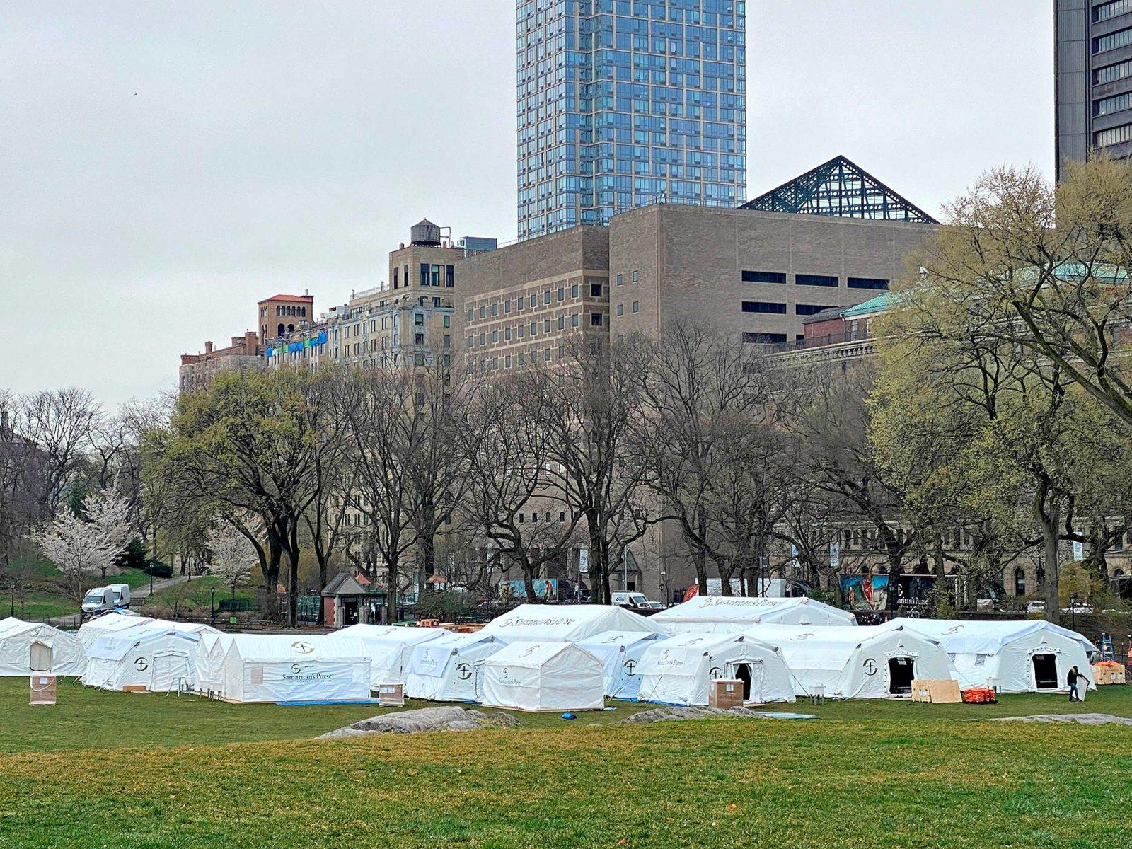 Hyväntekeväisyysjärjestön pystyttämä kenttäsairaala New Yorkin Keskuspuistossa 30. maaliskuuta.