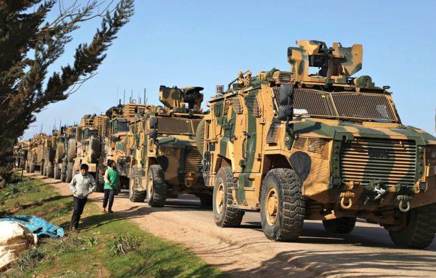 Turkin sotavoimien ajoneuvot pysäköivät syyrialaisen Batabun kaupungin lähistölle 2. maaliskuuta.