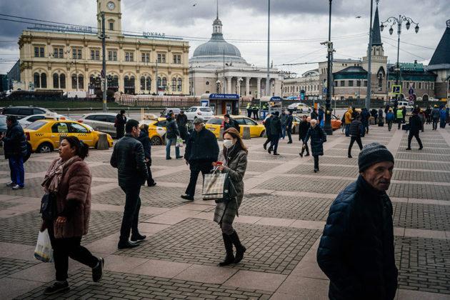 Jalankulkijoita Moskovassa 20. maaliskuuta. Kuvituskuva.