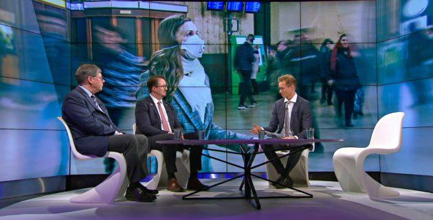 Ylen toimittaja Sakari Sirkkanen (oik.) haastatteli Husin ylilääkäri Asko Järvistä ja THL:n johtaja Mika Salmista koronavirusta käsitelleessä A-Talk-ohjelmassa 12. maaliskuuta 2020.