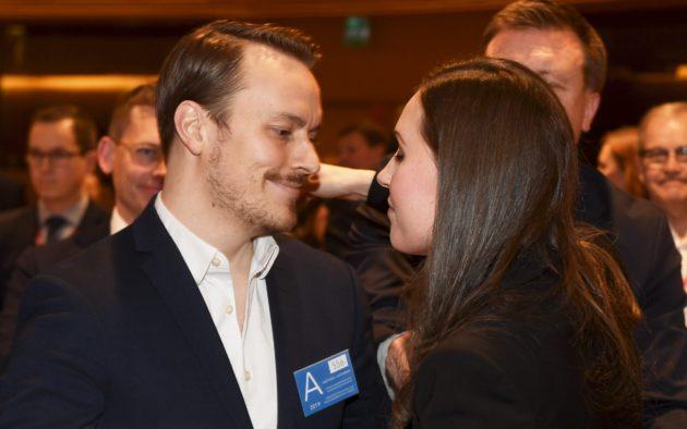 Sdp:n pääministeriehdokkaaksi valittu Sanna Marin sai onnitteluhalauksen puolisoltaan Markus Räikköseltä puoluevaltuuston kokouksessa Helsingissä 8. joulukuuta 2019.