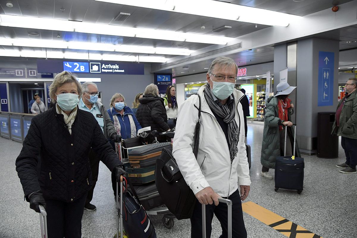 Suomeen palaavia matkailijoita Helsinki-Vantaan lentoasemalla 20. maaliskuuta.