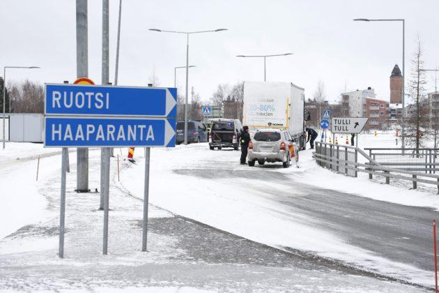 Suomalaiset rajavartijat tarkistivat kulkulupia Tornion ja Haaparannan välisellä rajanylityspaikalla tiistaina 31. maaliskuuta 2020.