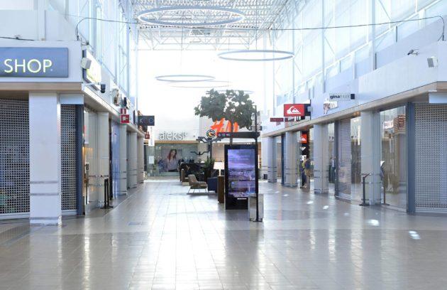 Vantaalla kauppakeskus Jumbo oli hiljainen ja monet sen liikkeistä suljettuja sunnuntaina 5. huhtikuuta.