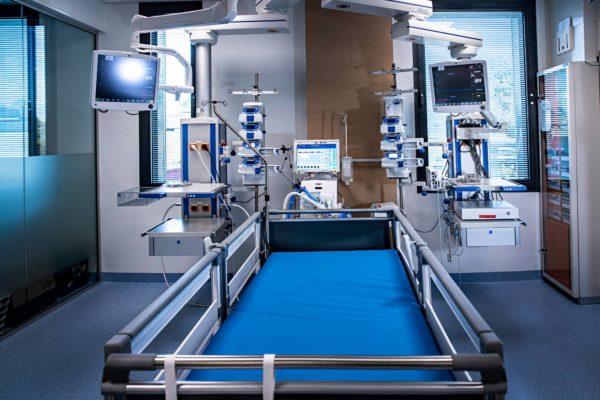 Kymenlaakson keskussairaalan tehohoitoyksikössä sängyn takana näkyy hengityskone. Ympärillä on valvontamonitoreja sekä pumppuyksiköitä, joiden avulla lääkkeitä ja nesteitä annostellaan potilaan verenkiertoon.
