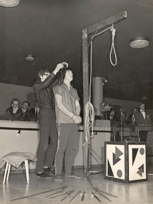 Ilmo Leikas avustaa veljeään Aimoa hirttoesityksessä.