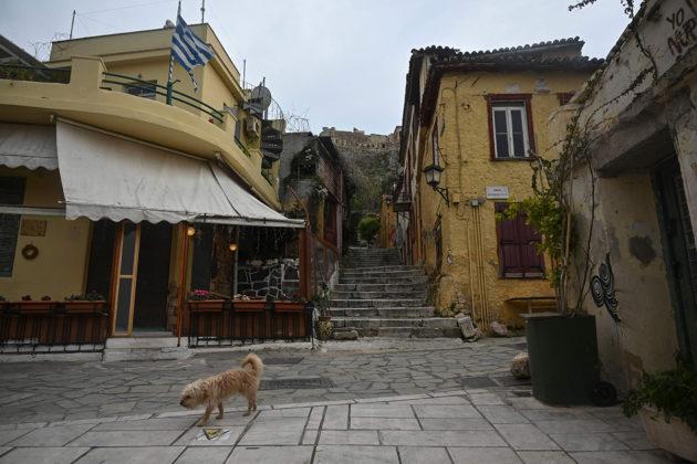 Koira käveli autiolla Plakan turistialueella Kreikan pääkaupungissa Ateenassa 14. huhtikuuta.