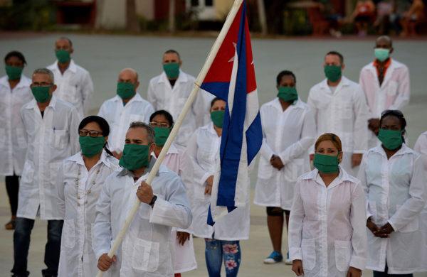 Ryhmä kuubalaislääkäreitä osallistui jäähyväisjuhlallisuuksiin pääkaupunki Havannassa ennen lähtöään Andorraan.