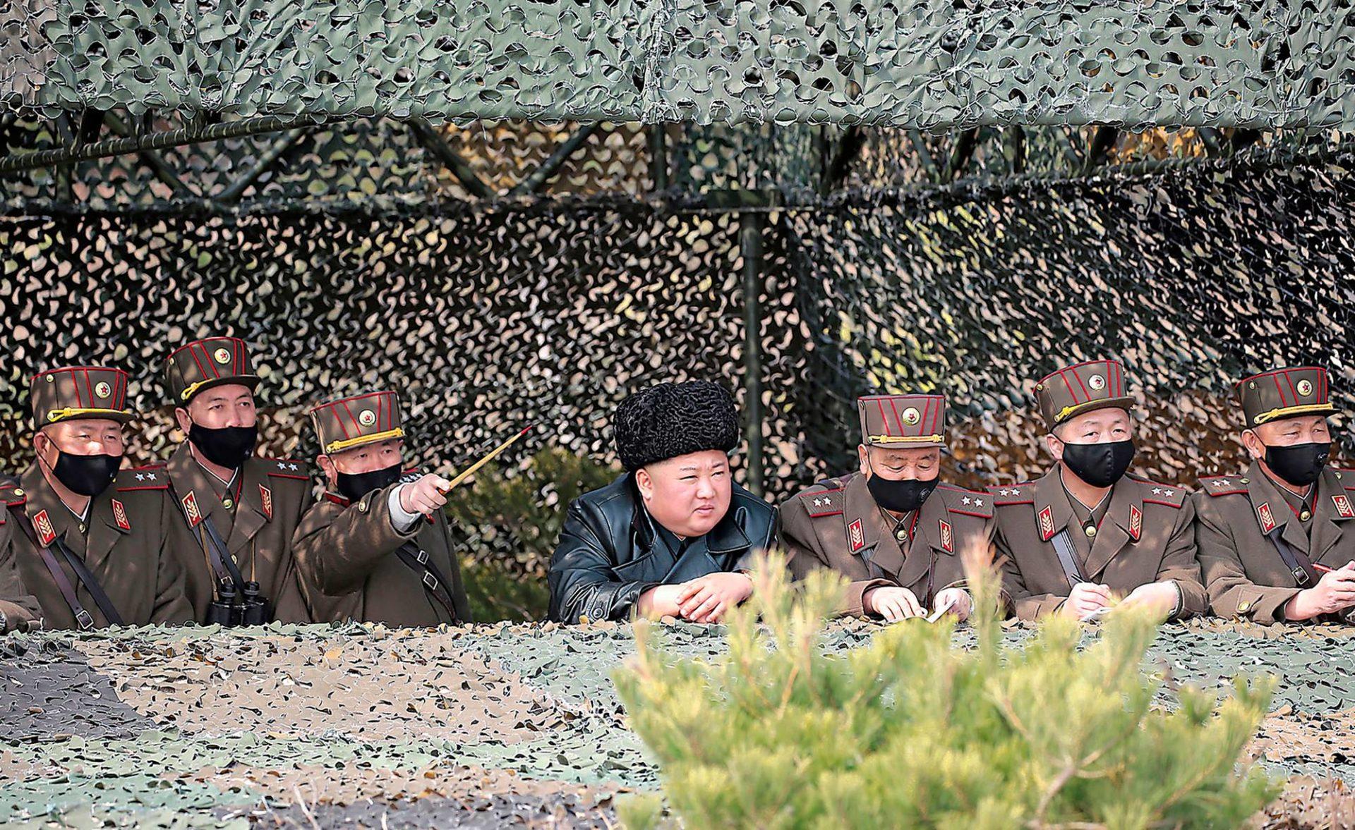 Pohjois-Korean yksinvaltias Kim Jong-un seuraa armeijan harjoituksia. Valtiollinen uutistoimisto KCNA julkaisi kuvan 13. maaliskuuta mutta ei kertonut, milloin ja missä kuva on otettu.