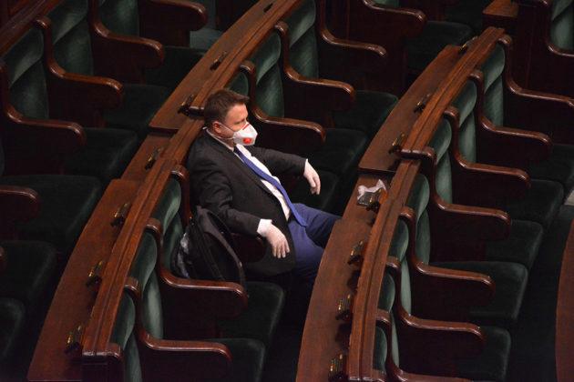 Puolalainen kansanedustaja käytti hengityssuojainta Puolan parlamentin ylimääräisessä istunnossa 26. maaliskuuta.
