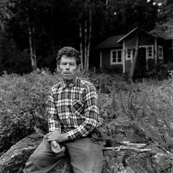 Pentti Linkola Vähä-Uotilan tilan pihamaalla Sääksmäellä. Kuva vuodelta 1989.