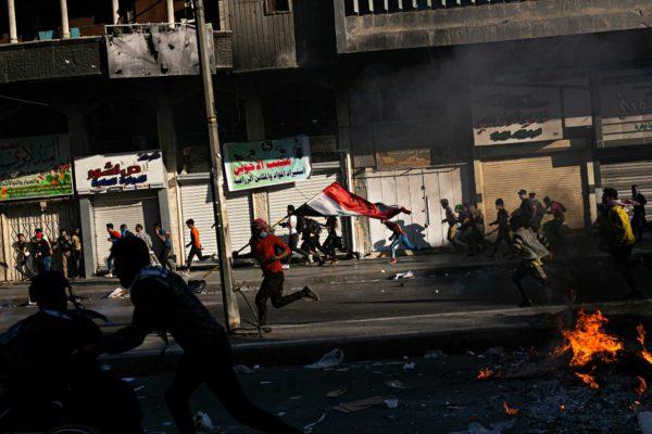 Mielenosoittajat vaativat Tigrisjoen ylittävää siltaa hallintaansa. Sopimusta hallituksen joukkojen kanssa ei kuitenkaan synny. Mielenosoittajat pakenevat sekasortoisen tilanteen jälkeen asemiinsa.