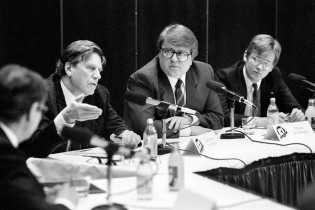 Suomen Kuvalehden päätoimittaja Pekka Hyvärinen (keskellä) toimittajien ja poliitikkojen radiopaneelissa 28. joulukuuta 1988.