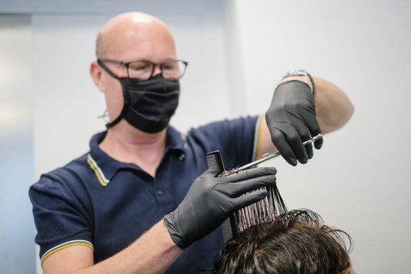 Saksassa parturit saavat toimia, kun hygieniaohjeita noudatetaan tarkasti.