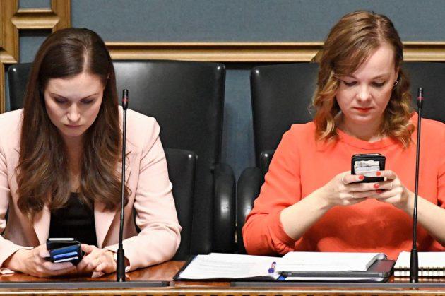 Viikon vanhan hallituksen pääministeri Sanna Marin (sd) ja valtiovarainministeri Katri Kulmuni (kesk) eduskunnan täysistunnossa Helsingissä 17. joulukuuta 2019.