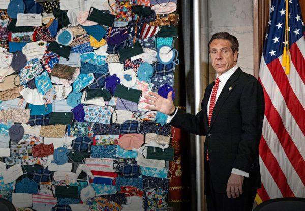 New Yorkin kuvernööri Andrew Cuomo paljasti huhtikuun lopussa taideteoksen, joka esittää osavaltioon lähetettyjä satoja erilaisia hengityssuojaimia.