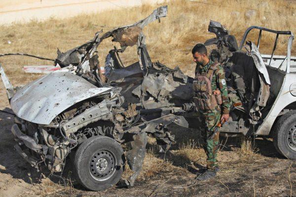 Isis on jatkanut iskujaan korona-aikana.Irakilaissotilas tutki tuhottua ajoneuvoa Mukaishefahissa 180 kilometriä Bagdadin pohjoispuolella 3. toukokuuta.